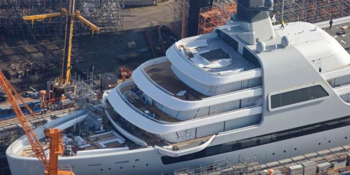 Így néz Abramovics új, 180 milliárdos luxusjachtja